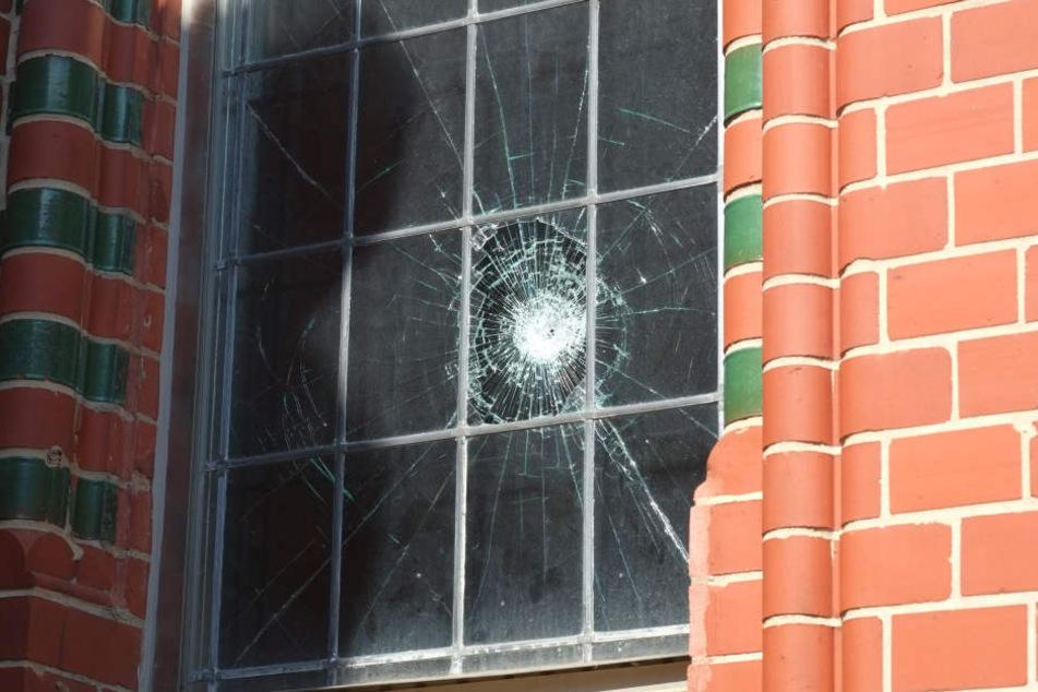 Ein kaputtes Fenster in der Markuskirche auf dem Sonnenberg. Das Gotteshaus wurde Opfer eines randalierenden Pakistani (24). Der Staatsschutz ermittelt.