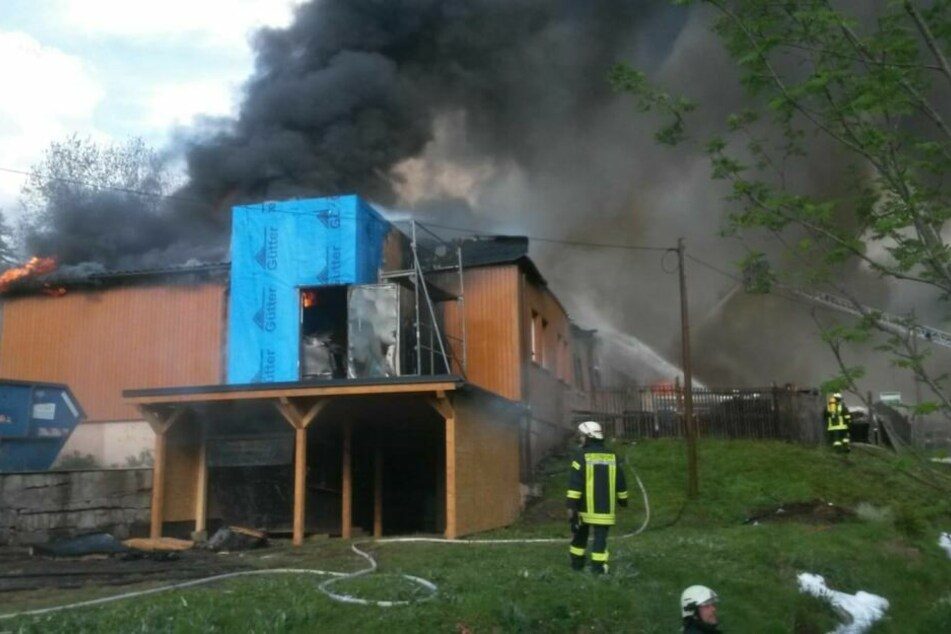 Eine rund 400 Quadratmeter große Werk- und Lagerhalle auf dem Betriebsgelände wurde durch die Flammen stark beschädigt.