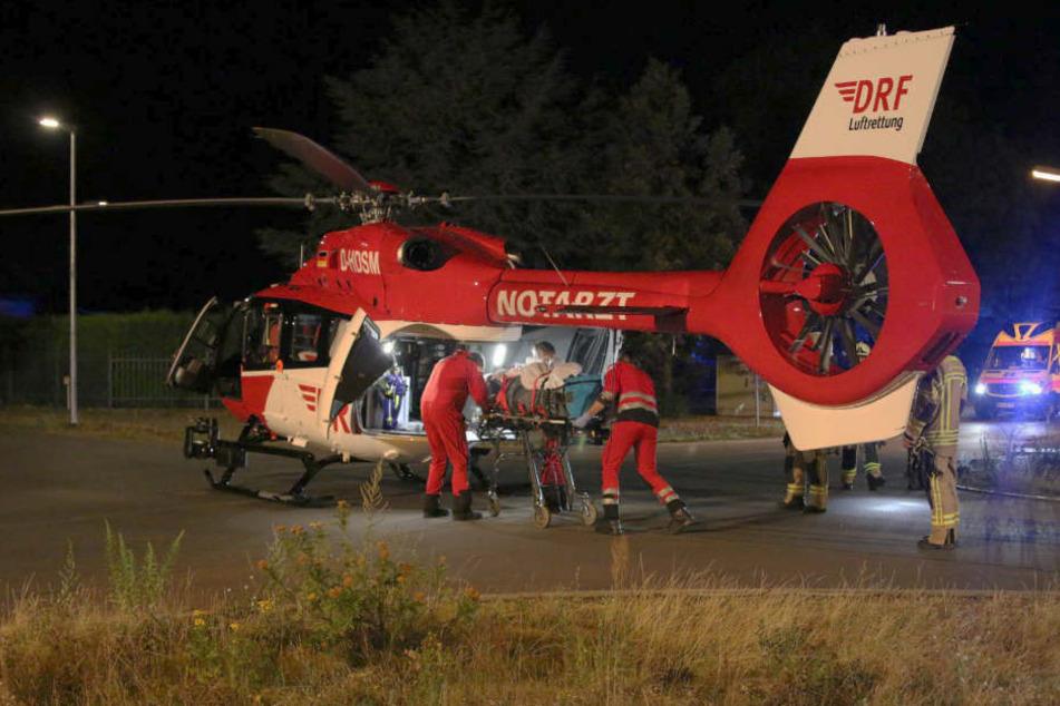 Ein Hubschrauber bringt eine schwer verletzte Person ins Krankenhaus