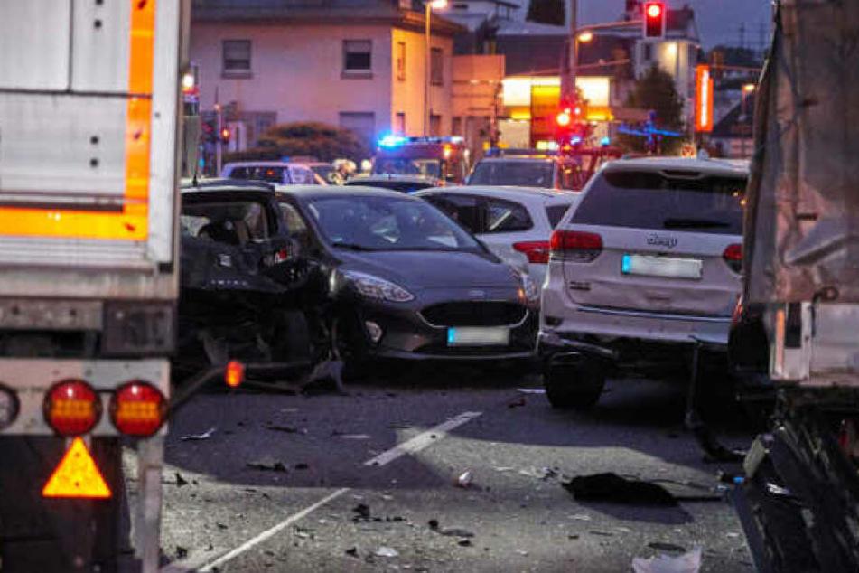Mehrere Autos wurden durch den Aufprall zusammengeschoben, acht Menschen wurden verletzt.