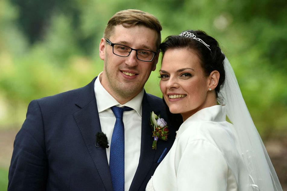 Wenige Minuten vor diesem Foto haben sich die beiden das erste Mal gesehen  und direkt im Standesamt geheiratet - vor TV-Kameras.