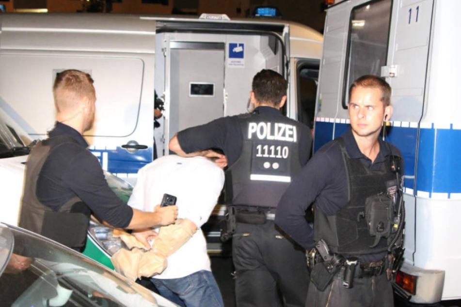 Polizisten nahmen nach der Schießerei am 2. August in Reinickendorf einen Verdächtigen fest.