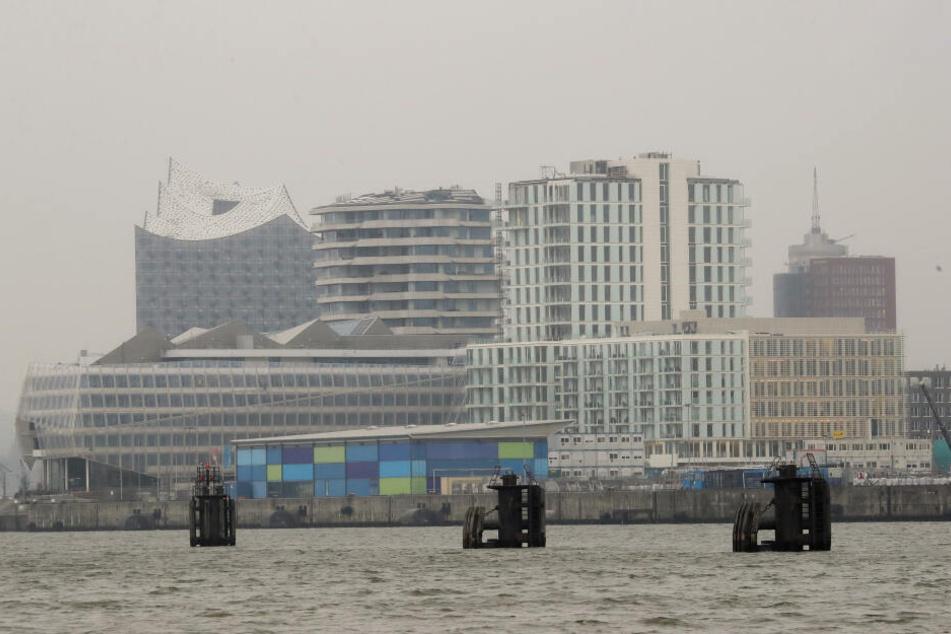 Dunst liegt über der Skyline der Hafencity mit der Elbphilharmonie (links) und weiteren Gebäuden.