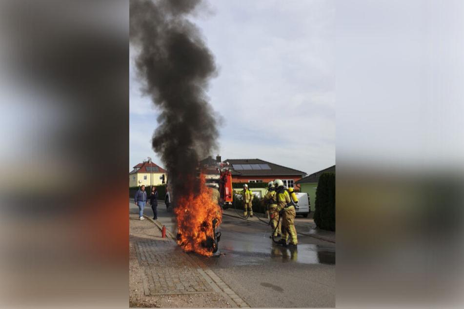 Der Roller stand bereits in Flammen, als die Kameraden eintrafen.