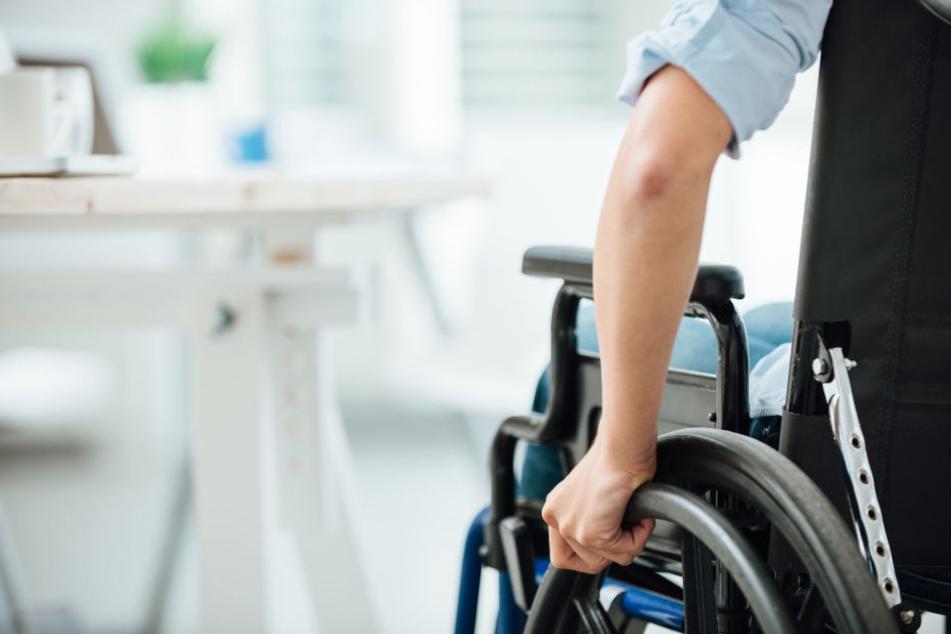 Am Anfang wird sich der Rollstuhlfahrer noch über die Polizei gefreut haben, nach dem Drogenfund sicher nicht mehr.