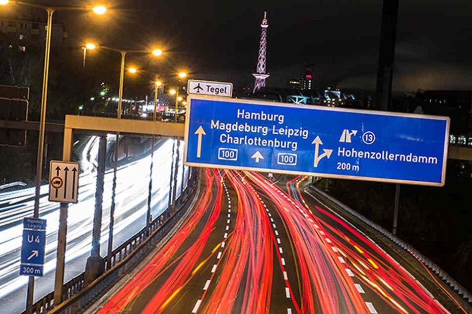 Fast jede Nacht muss die Polizei Raser auf der Stadtautobahn stoppen. (Symbolbild)