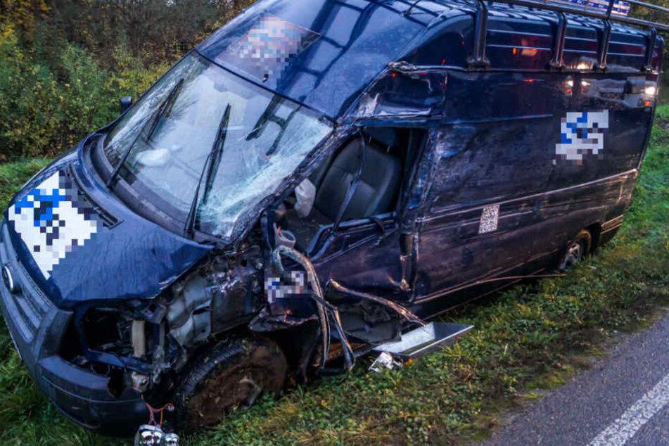In diesem demolierten Transporter wurden sowohl Fahrer (42) als auch Beifahrer (46) verletzt.