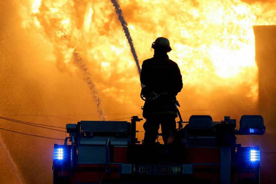 Die Feuerwehr hatte den Großbrand nach der Explosion relativ schnell im Griff. (Symbolbild)