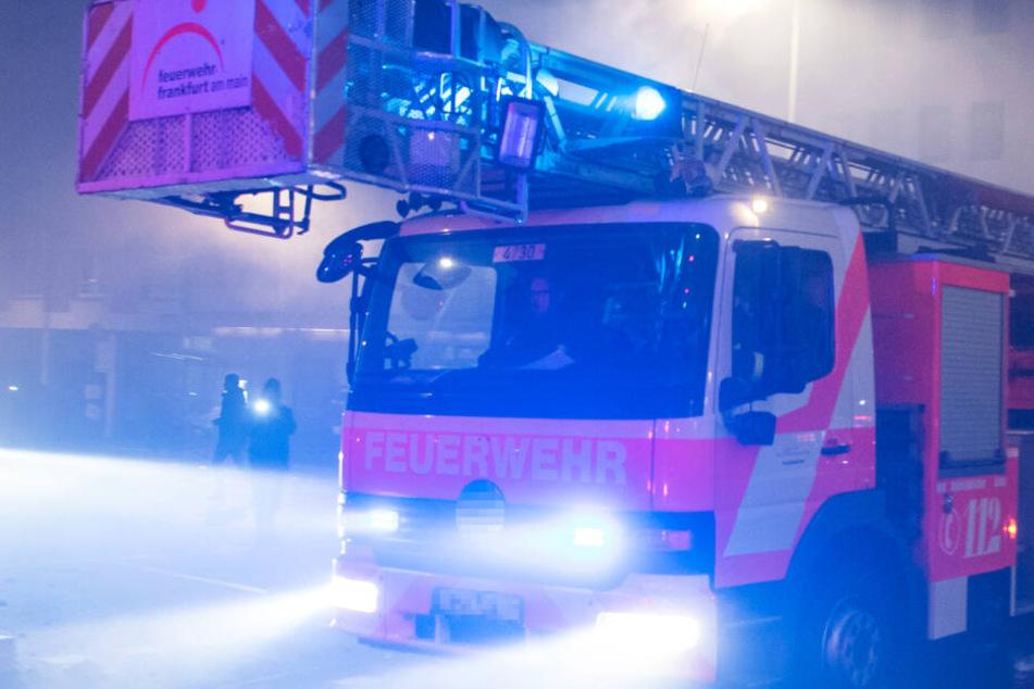 Frankfurt: Großer Feuerwehr-Einsatz wegen Wohnhaus-Brand in Frankfurt