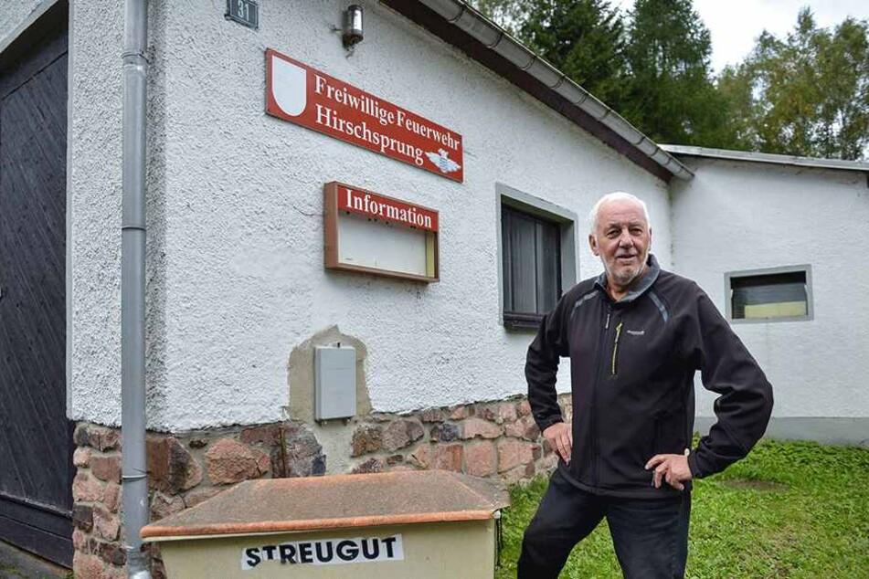 Der Infokasten leer, die Feuerwehr gibt es nicht mehr: Roland Schickel (72)  vorm sanierungsbedürftigen Wahllokal in Hirschsprung, das am Sonntag geschlossen  bleibt.