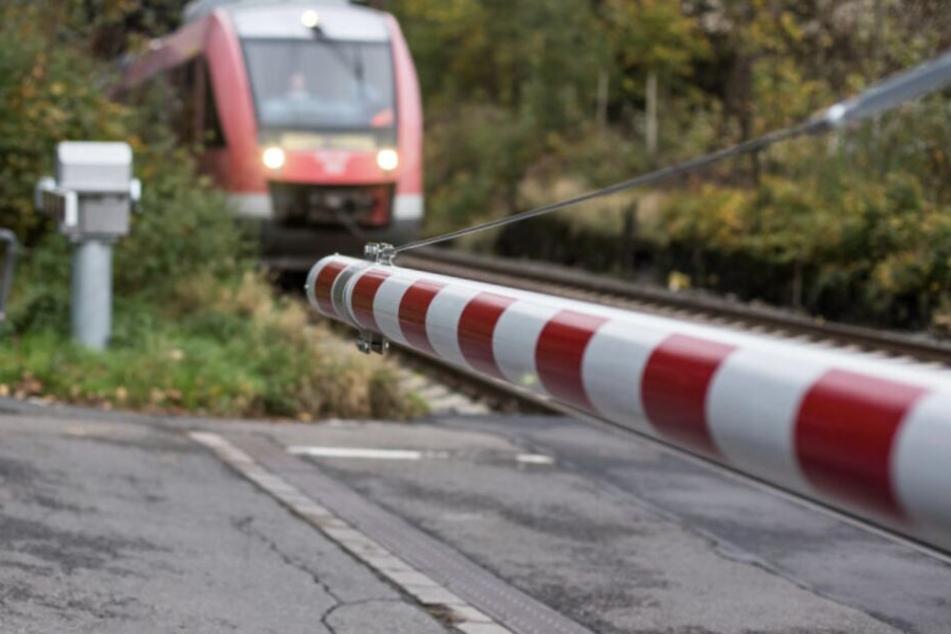 Betrunkener Teenager wird von Zug erfasst und überlebt wie durch ein Wunder