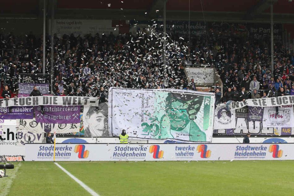 Anpfiff in Heidenheim: Die Aue-Fans rollten das Banners aus und warfen fingierte Geldscheine auf den Rasen.