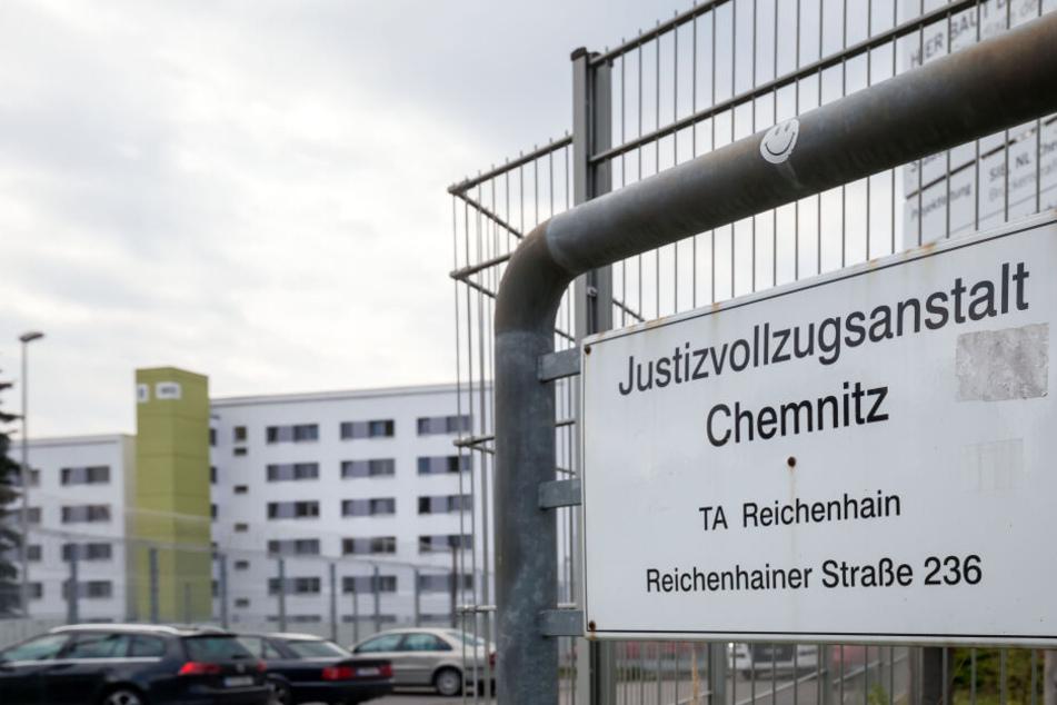 In der Justizvollzugsanstalt Chemnitz an der Reichenhainer Straße stellte man eingeschmuggelte Handys sicher.