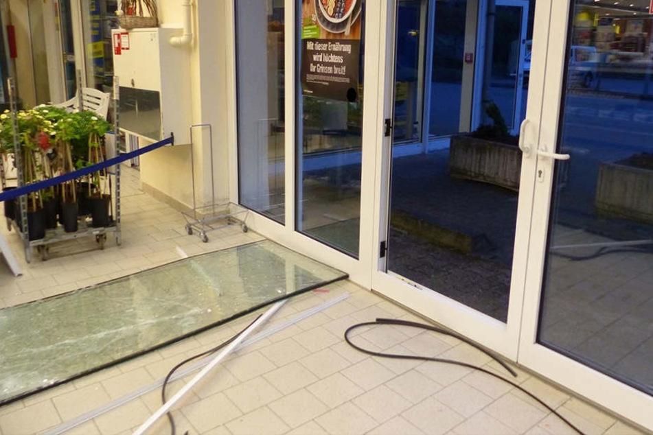 Die Glaselemente der Tür schlugen die Diebe aus dem Rahmen.