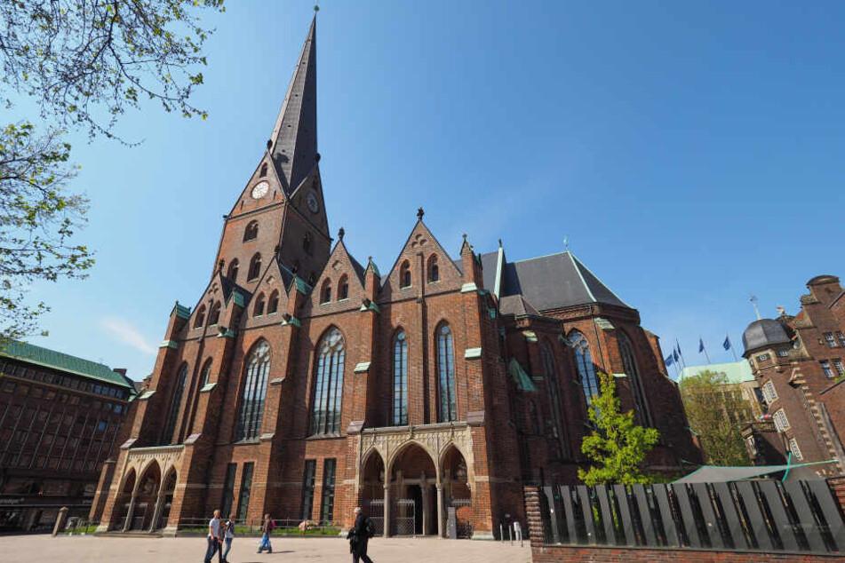 Die St. Petri Kirche in Hamburg liegt direkt an der Mönckebergstraße.