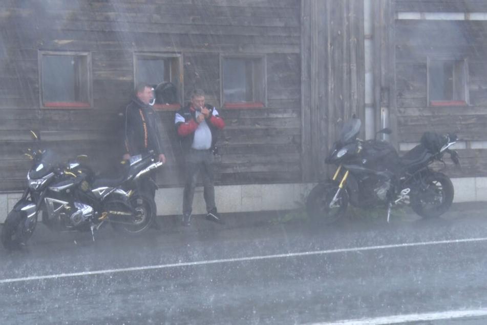 Nichts geht mehr: Viele Biker haben bei dem Starkregen ihre Fahrt unterbrochen und Schutz vor den Wassermassen gesucht.