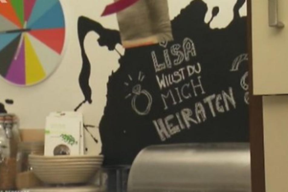...und versteckte Freundin Lisa eine romantische Botschaft in der Küche...