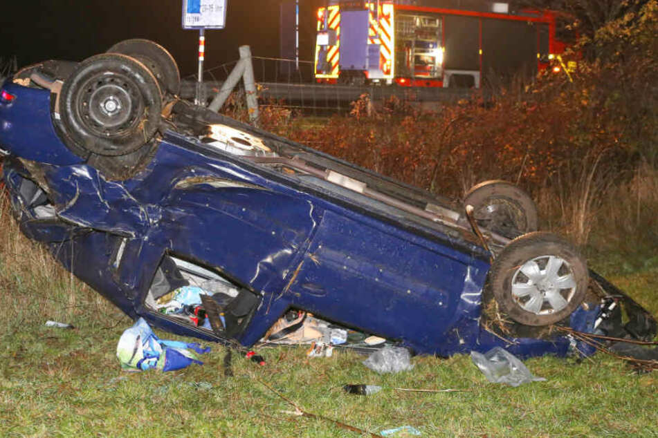 Das Auto überschlug sich und kam auf dem Dach liegend auf einem Feld zum Stehen.