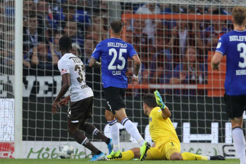 Christian Joe Conteh schiebt den Ball an Arminia Keeper Stefan Ortega zur Gäste-Führung ins Tor.