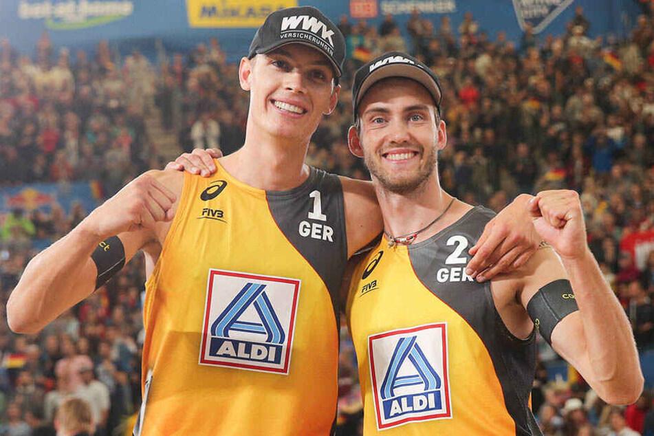 Die deutschen Beachvolleyballer Julius Thole (l.) und Clemens Wickler sind bei der Heim-WM in Hamburg sensationell ins Endspiel gestürmt.