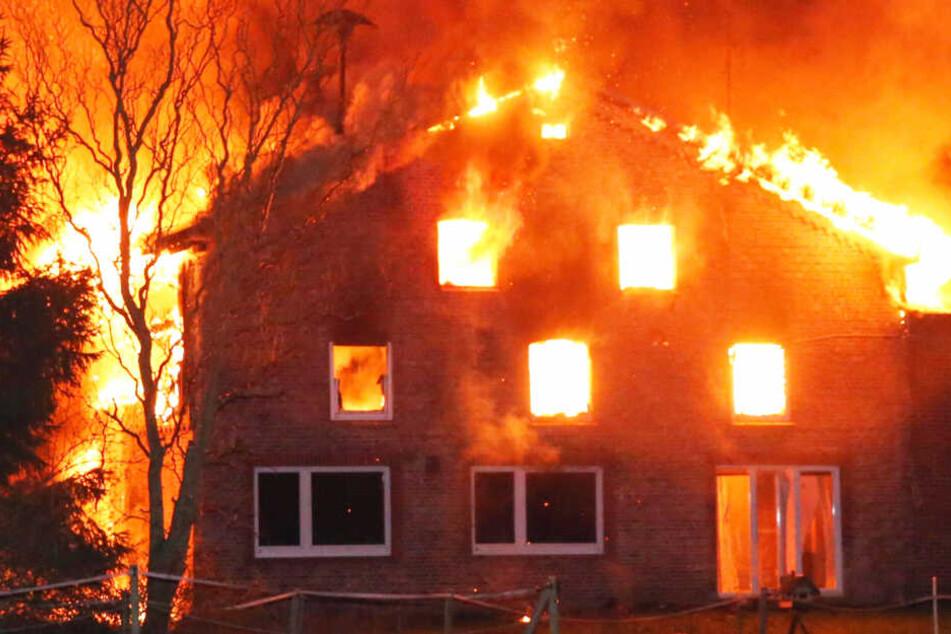 Meterhohe Flammen: Inferno vernichtet Bauernhof