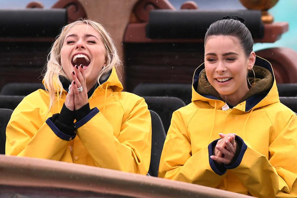 Immerhin bekamen das Model und die Sängerin zum Schutz gelbe Regenmäntel.