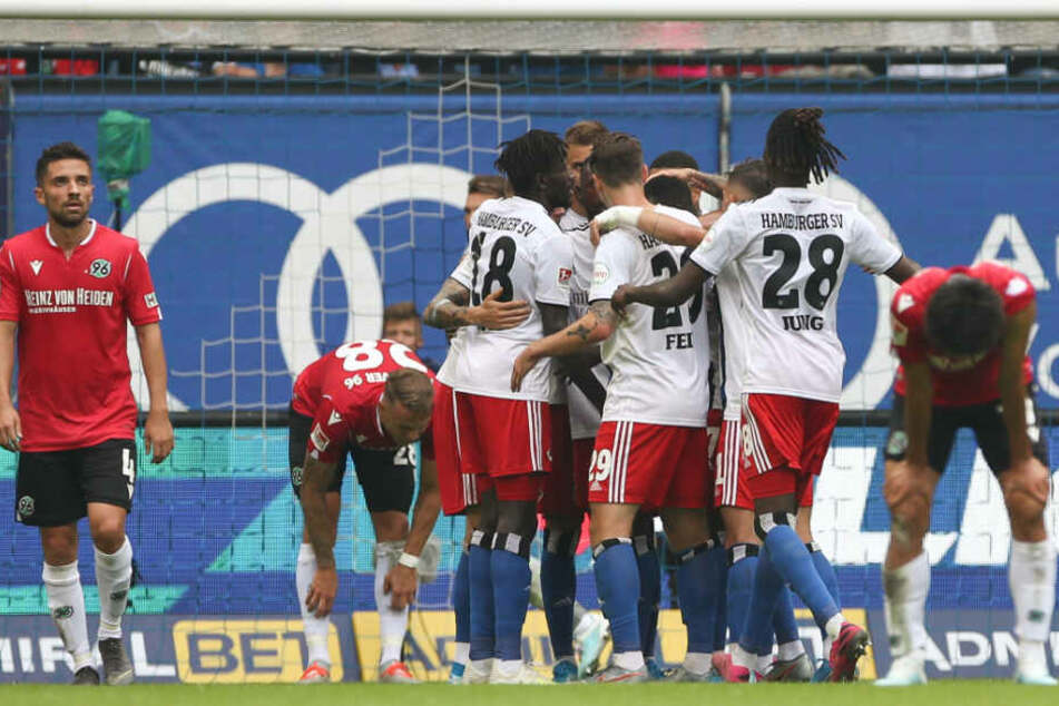 Kollektiver Jubel: Die Mannschaft freut sich mit Sonny Kittel über seinen Treffer zum 1:0.