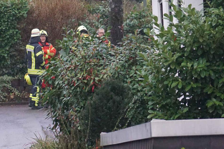Wohnungsbrand: Feuerwehr findet tote Person, eine weitere muss ins Krankenhaus