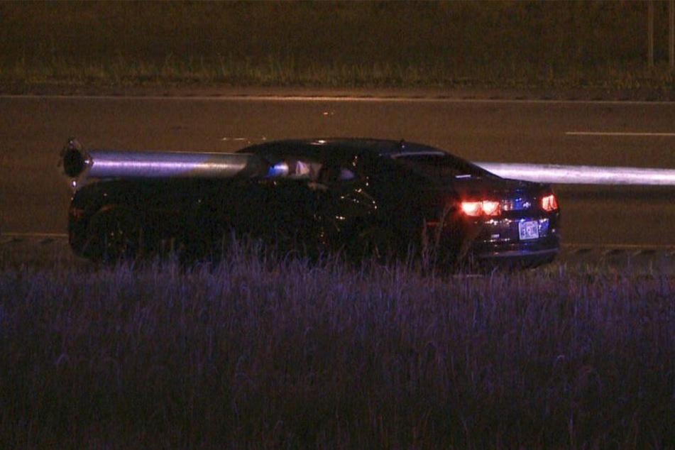 Rätselhaft! Der Chevrolet Camaro wurde von einem Lichtmast aufgespießt.