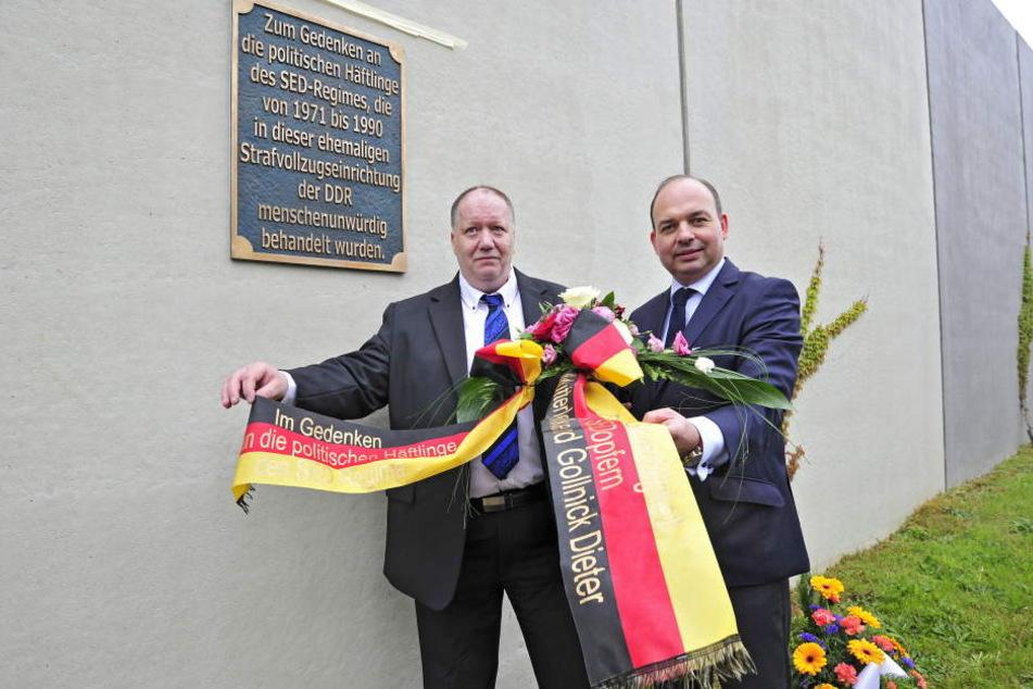 Der ehemalige DDR-Knast an der Reichenhainer Straße erhielt bereits eine Gedenktafel, hier Dieter Gollnick und Mike Mutterlose bei der Einweihung.