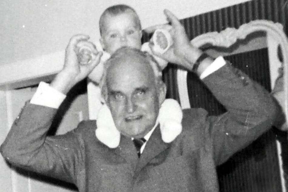 """Gründerväter: Opa Karl Dahl mit dem noch kleinen Enkel Robert von """"Karls Erdbeerhof""""."""