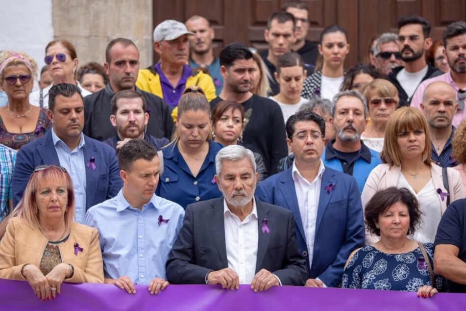 Adejes Bürgermeister Jose Miguel Rodriguez Fraga (M) bei einer Gedenkveranstaltung für die Deutsche und ihren Sohn.