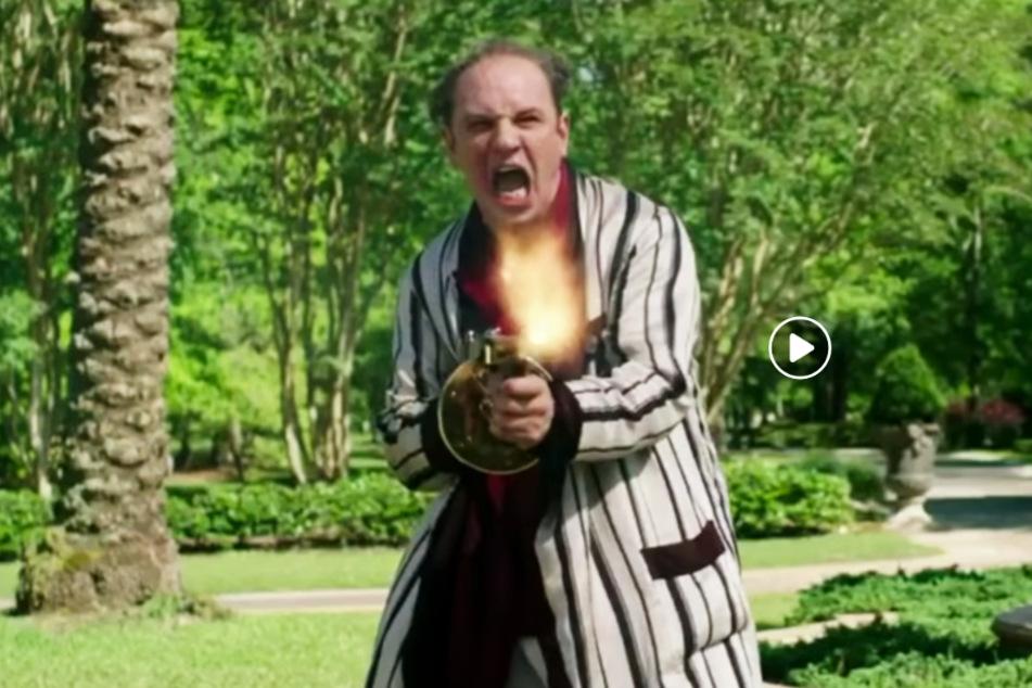 Al Capone (Tom Hardy) schießt mit seiner Maschinenpistole um sich.