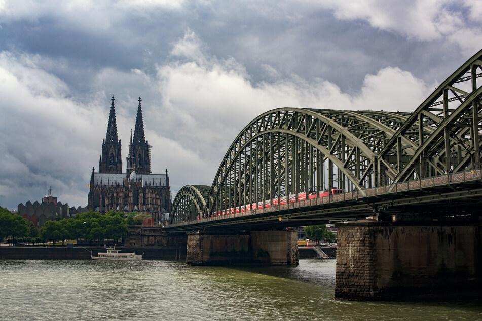 Köln wird von dunklen Wolken eingenommen. (Symbolbild)