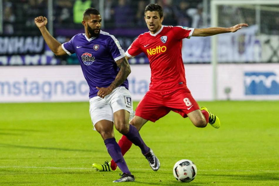 Eine Szene aus dem Hinspiel: Cebio Soukou (l.) und Bochums Anthony Losilla  kämpfen um den Ball. Der FCE verlor die turbulente Partie gegen den VfL mit 2:4.