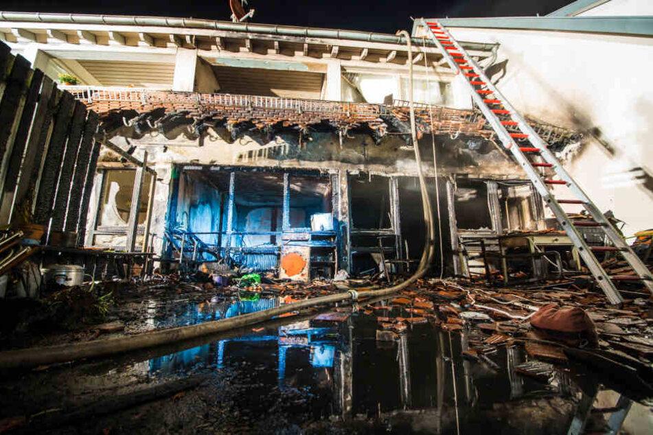 Stark verwüstet sind nach einem Brand zwei Wohnungen eines Mehrfamilienhauses in Neubulach bei Calw (Baden-Württemberg).