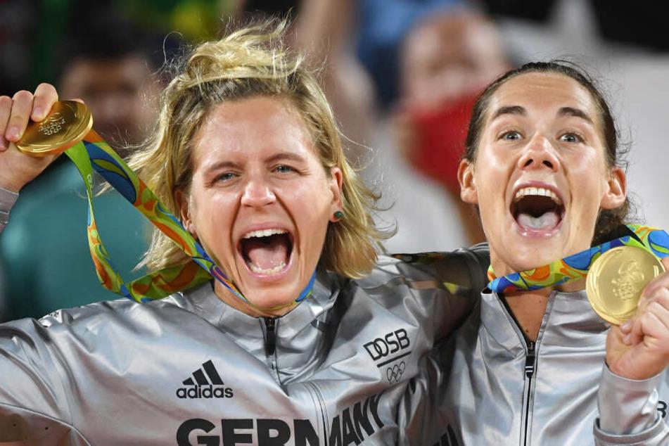Gemeinsam mit Beach-Partnerin Laura Ludwig (links) freut sich Kira Walkenhorst über die Goldmedaille der Olympischen Spiele von Rio.