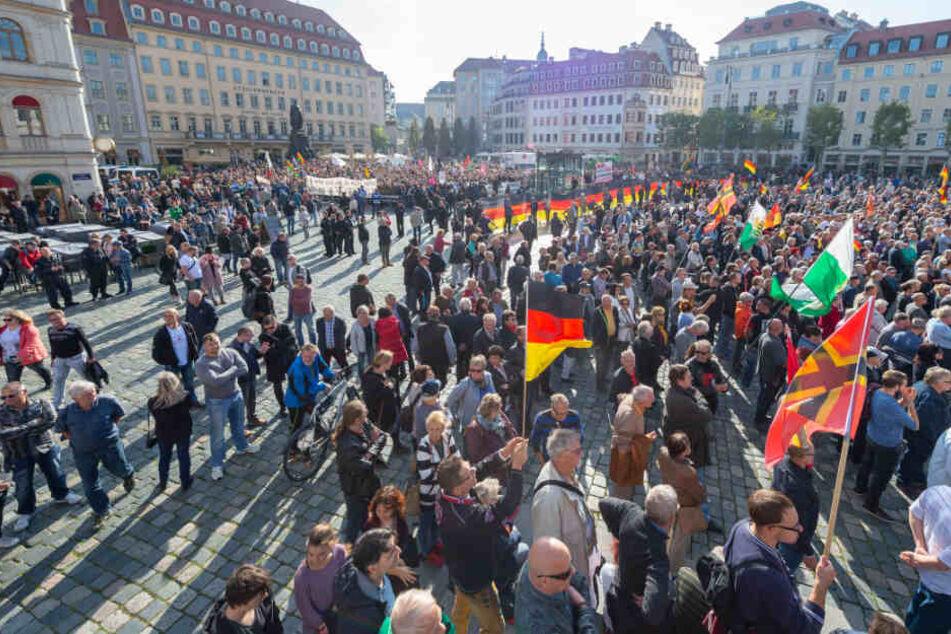 Teilnehmer einer Pegida-Kundgebung und Gegendemonstranten auf dem Altmarkt.