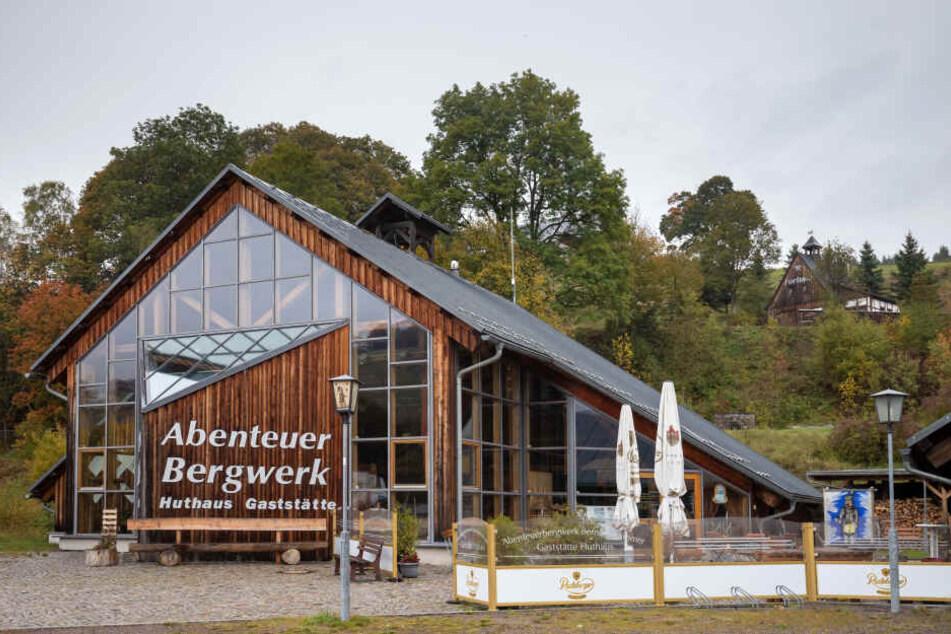 Das Abenteuer-Bergwerk Bernsteinzimmer und die Gaststätte Huthaus ziehen neugierige Besucher ins Erzgebirge.