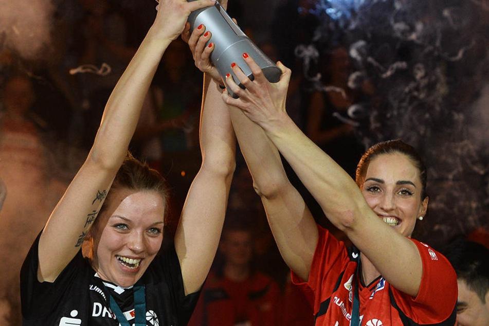 Dieser Moment bleibt ewig in Erinnerung: Katharina Schwabe (l.) und Myrthe Schoot streckten bei der Pokalfinal-Premiere 2016 in Mannheim stolz das Objekt der Begierde in die Höhe.
