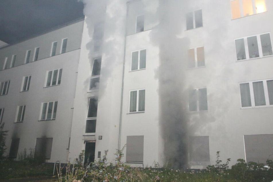 90 Feuerwehrleute bei Kellerbrand im Einsatz: Mieter per Drehleiter gerettet
