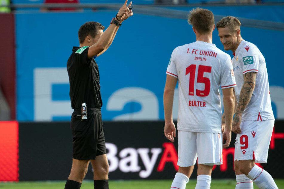 Robert Hartmann schickt Unions Sebastian Polter nach Videobeweis vom Platz.