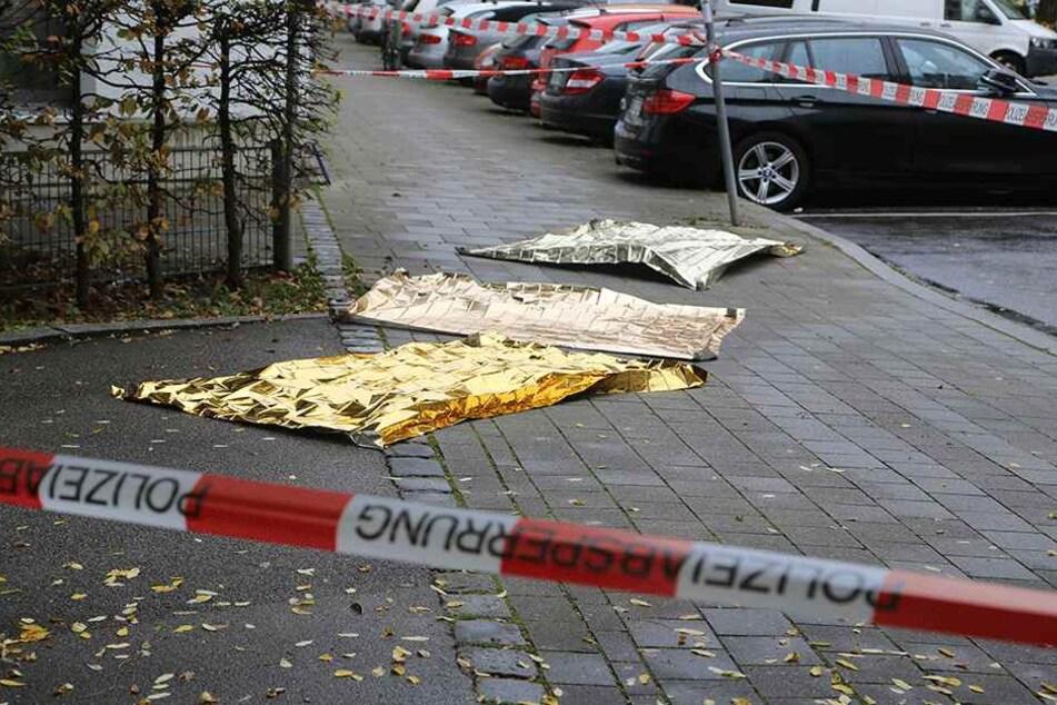 Rettungsdecken liegen am 21. Oktober am Rosenheimer Platz in München über Blutflecken. Mehrere Menschen sind von einem Unbekannten mit einem Messer angegriffen und verletzt worden.