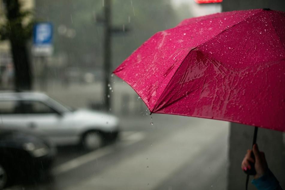 """Schirme sind zwar kein """"Blitzmagnet"""", bei akutem Gewitter auf offener Fläche sollte man dennoch besser auf sie verzichten."""