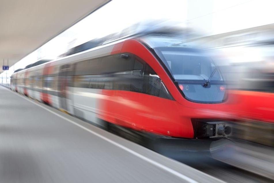 Glücklicherweise konnten die Züge rechtzeitig bremsen. Dem 32-Jährigen ist nichts passiert. (Symbolbild)