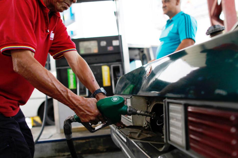 Während im Land  Sprit ausgeht, blüht der Benzin-Schmuggel über die Grenze.