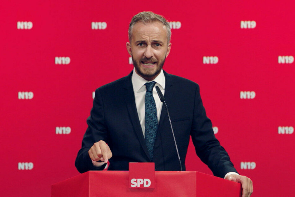 Jan Böhmermann strebt den Sitz des Partei-Chefs an.