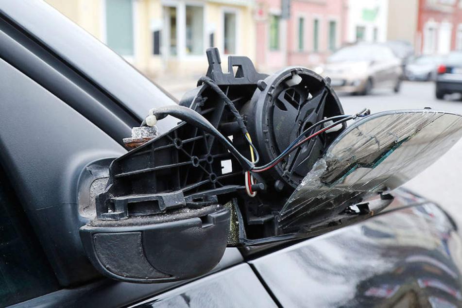 Mehrere Spiegel wurden an den Autos abgetreten (Symbolbild).