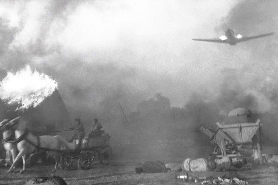 Ein Angriff der Alliierten stürzt dieses Dorf endgültig ins Chaos. Erst fielen zu Fuß Soldaten ein und metzelten die Bewohner nieder, nun sorgt der Luftangriff für viele weitere Tote.