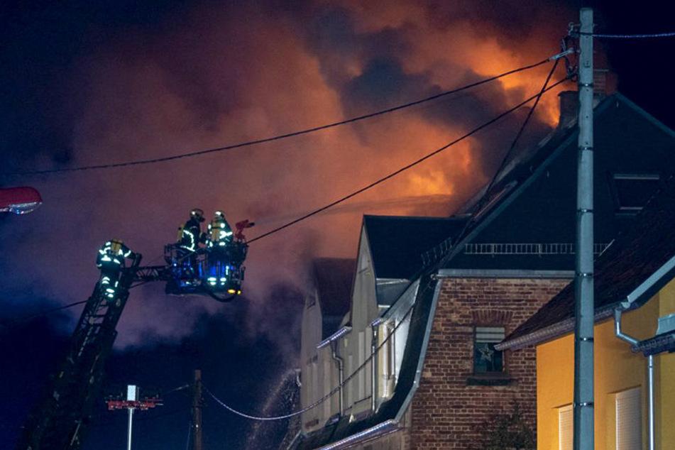 Rakete setzt Dachstuhl in Brand: Familie verliert Silvester ihr Zuhause